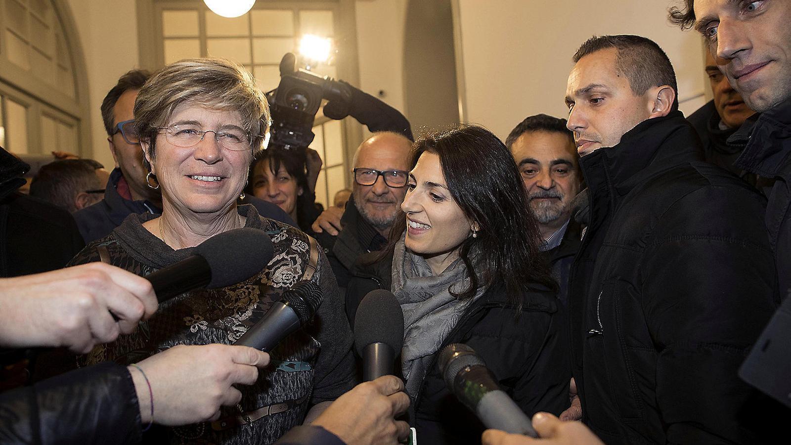 La guanyadora de les eleccions  a Ostia, Giuliana Di Pillo  (a l'esquerra), amb l'alcaldessa de Roma, Virginia Raggi.