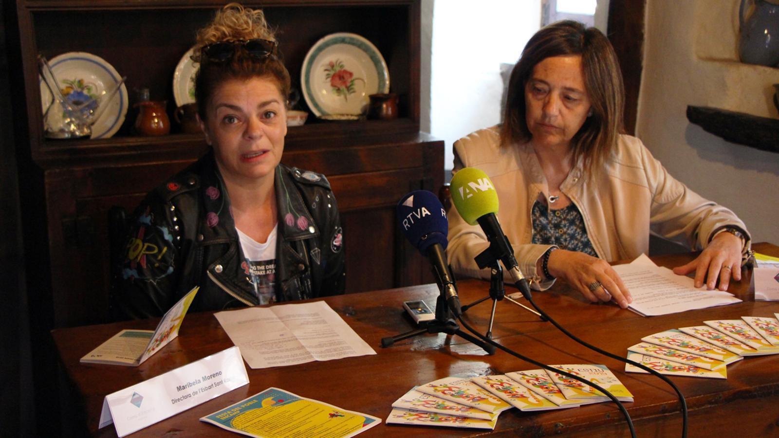 La directora de l'Esbart Sant Romà, Maribela Moreno, i la cònsol menor d'Encamp, Esther París, presenten les activitats d'estiu de la parròquia. / T. N. (ANA)