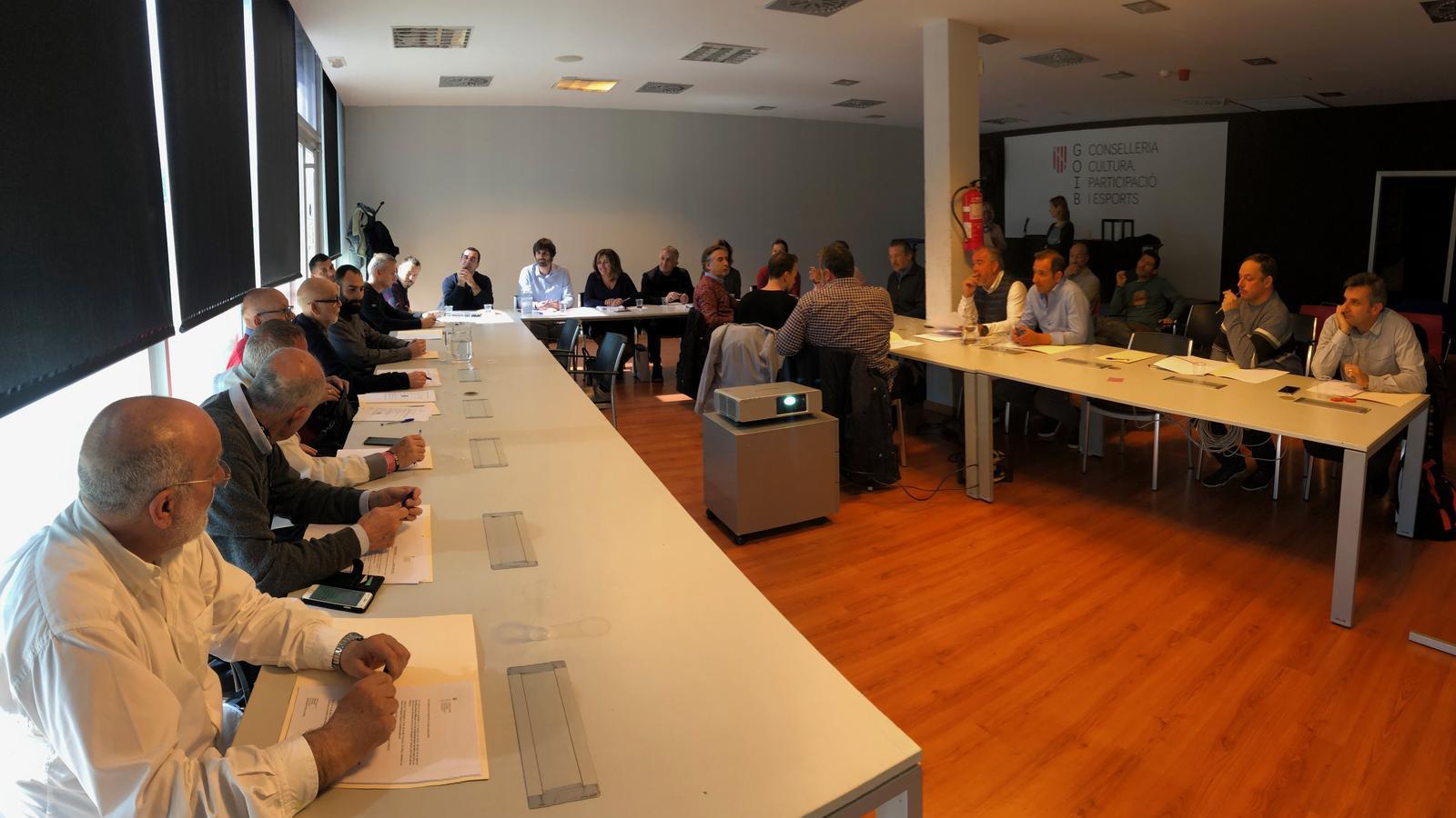 El jurat, en un moment de la votació al Velòdrom Illes Balears