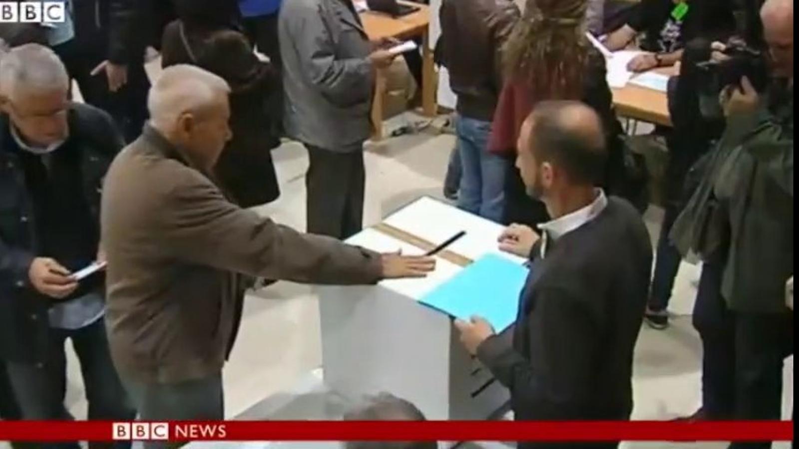 Uns dos milions de catalans han votat en col.legis gestionats per voluntaris, el 9-N a BBC News