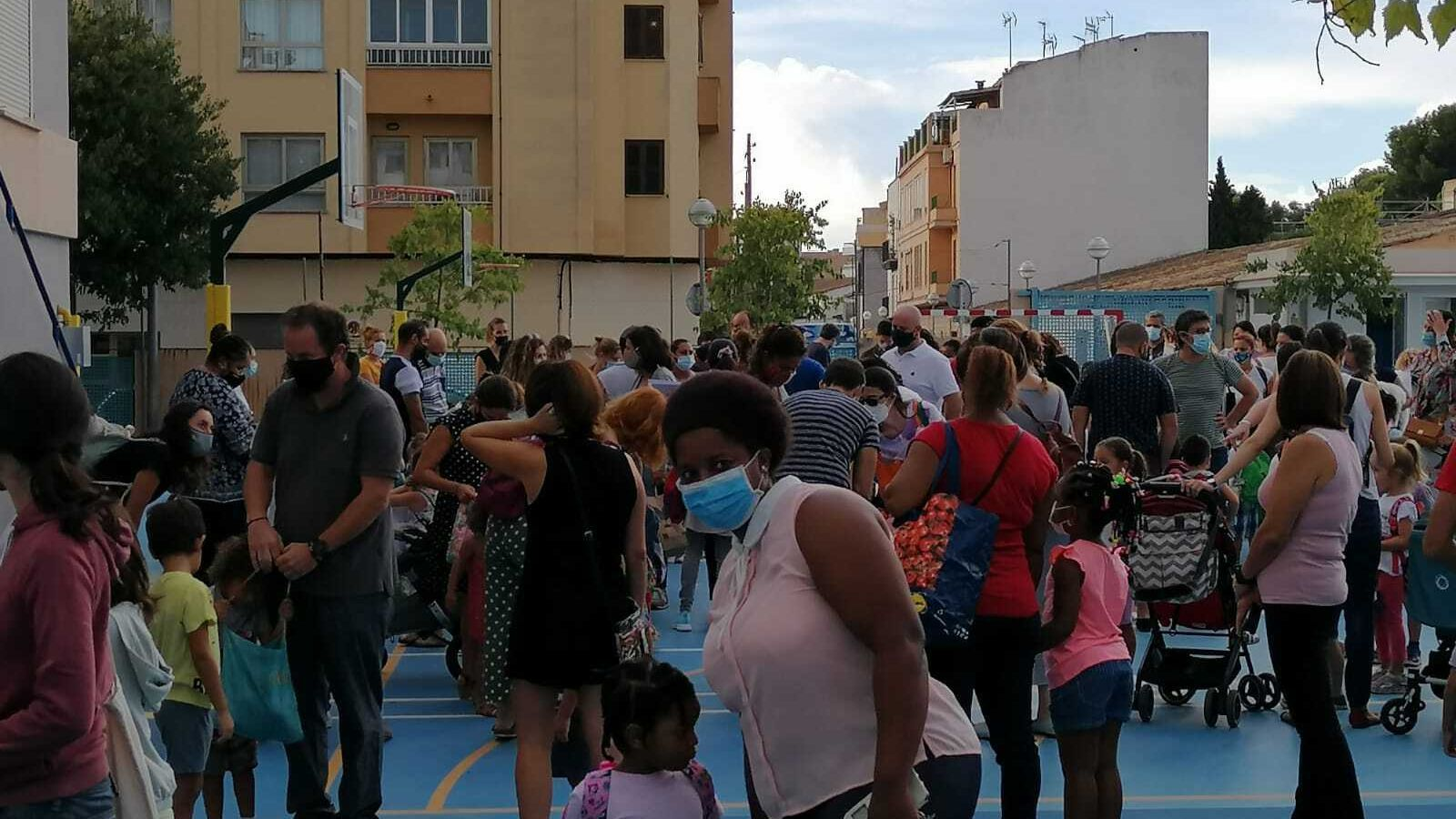 Al pati del CEIP Miquel Costa i Llobera hi ha hagut una petita aglomeració de pares i fills