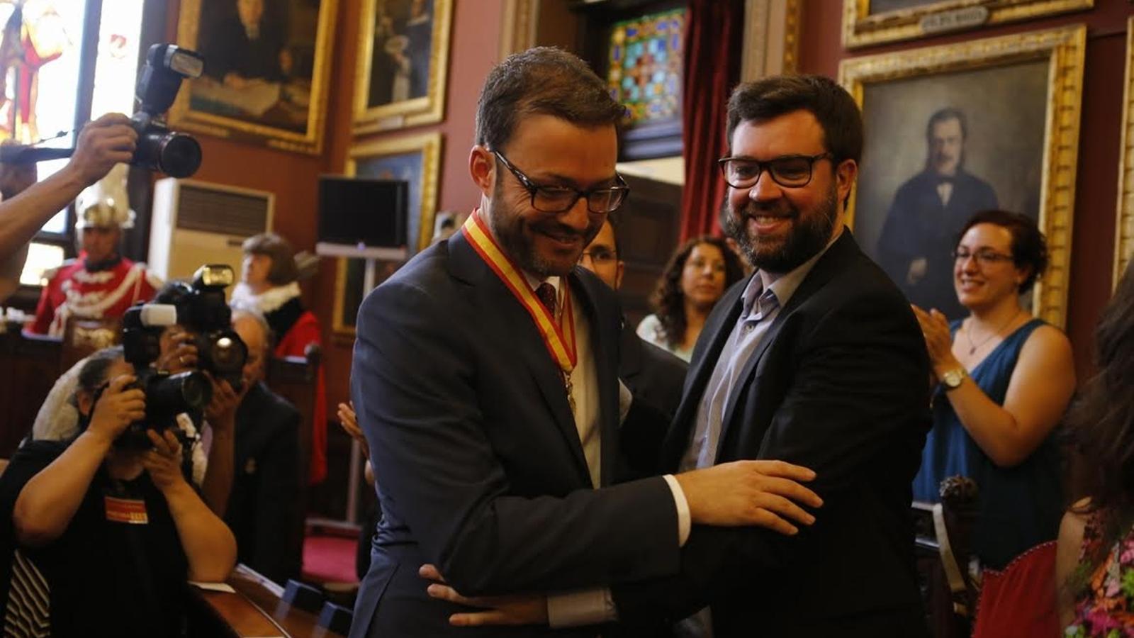 José Hila (PSIB), nou batle de Palma, saluda Antoni Noguera (MÉS), que assumirà la batlia d'aquí a dos anys