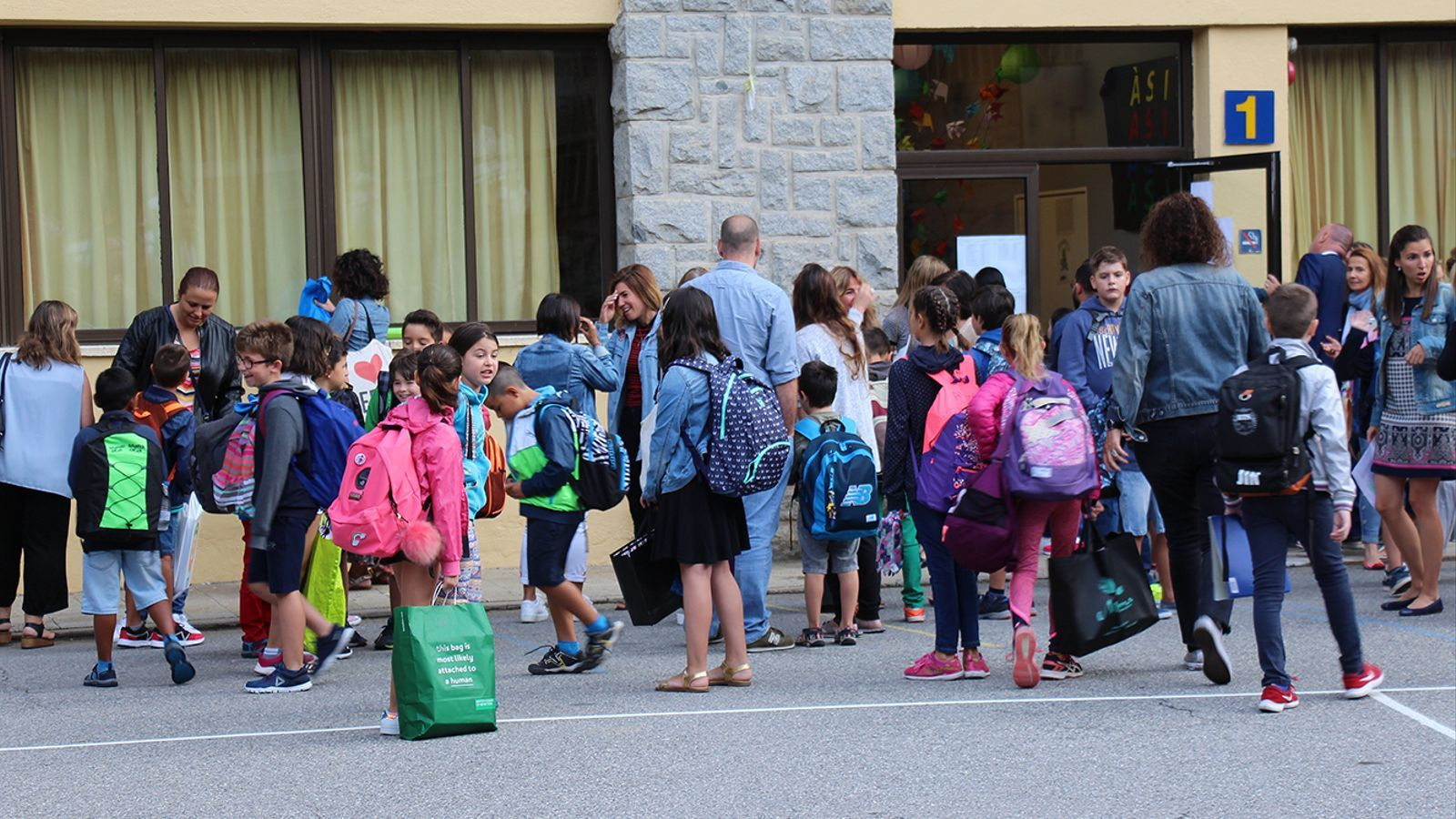 Alumnes a l'exterior de l'escola andorrana de Sant Julià de Lòria. / M. F. (ANA)