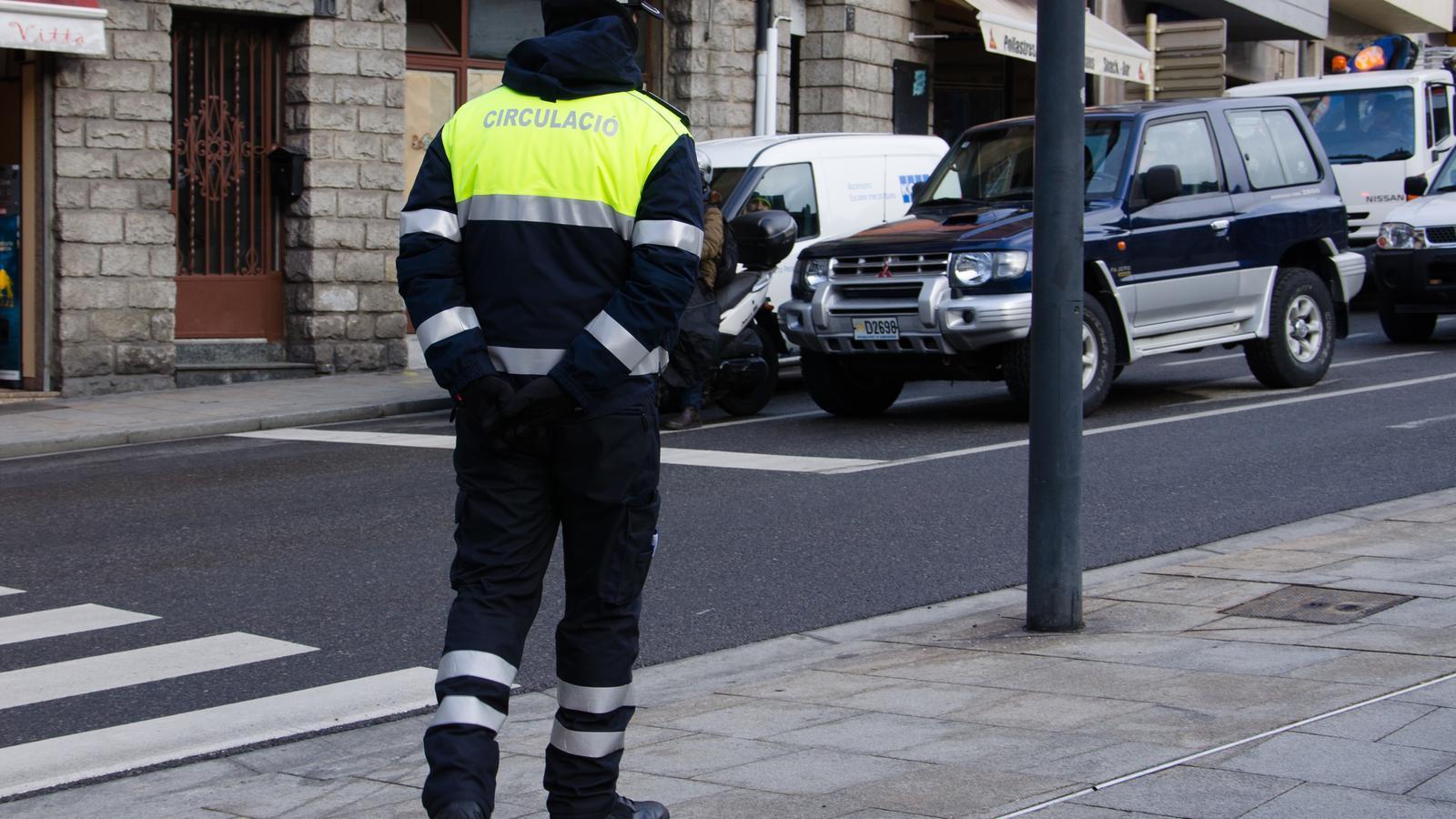 Un agent de circulació a Andorra la Vella / D.R.