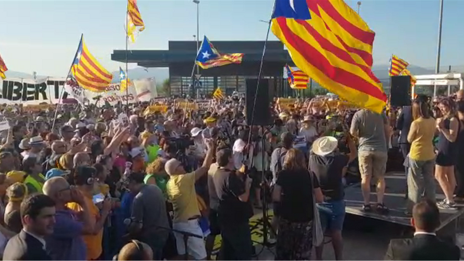 Els concentrats a la presó de Figueres, a Torrent: Obriu la porta!