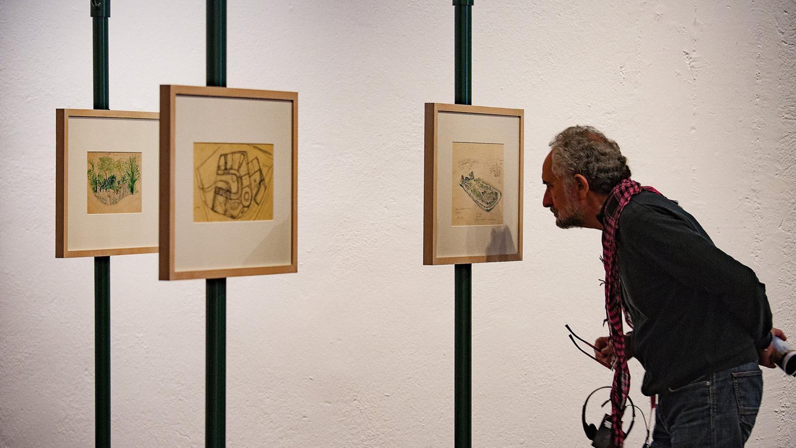 El muntatge de Lina Bo Bardi dibuixa evoca les exposicions de l'arquitecta als museus.
