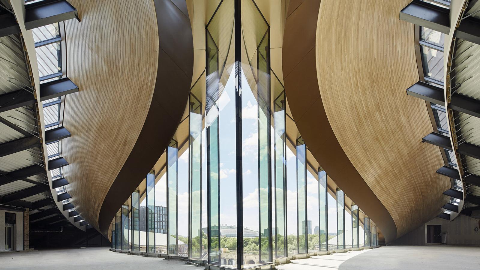 La deformació de les teulades fa sorgir un nivell superior i crea una plaça interior, que s'observa en tota la seva plenitud en aquesta recreació virtual