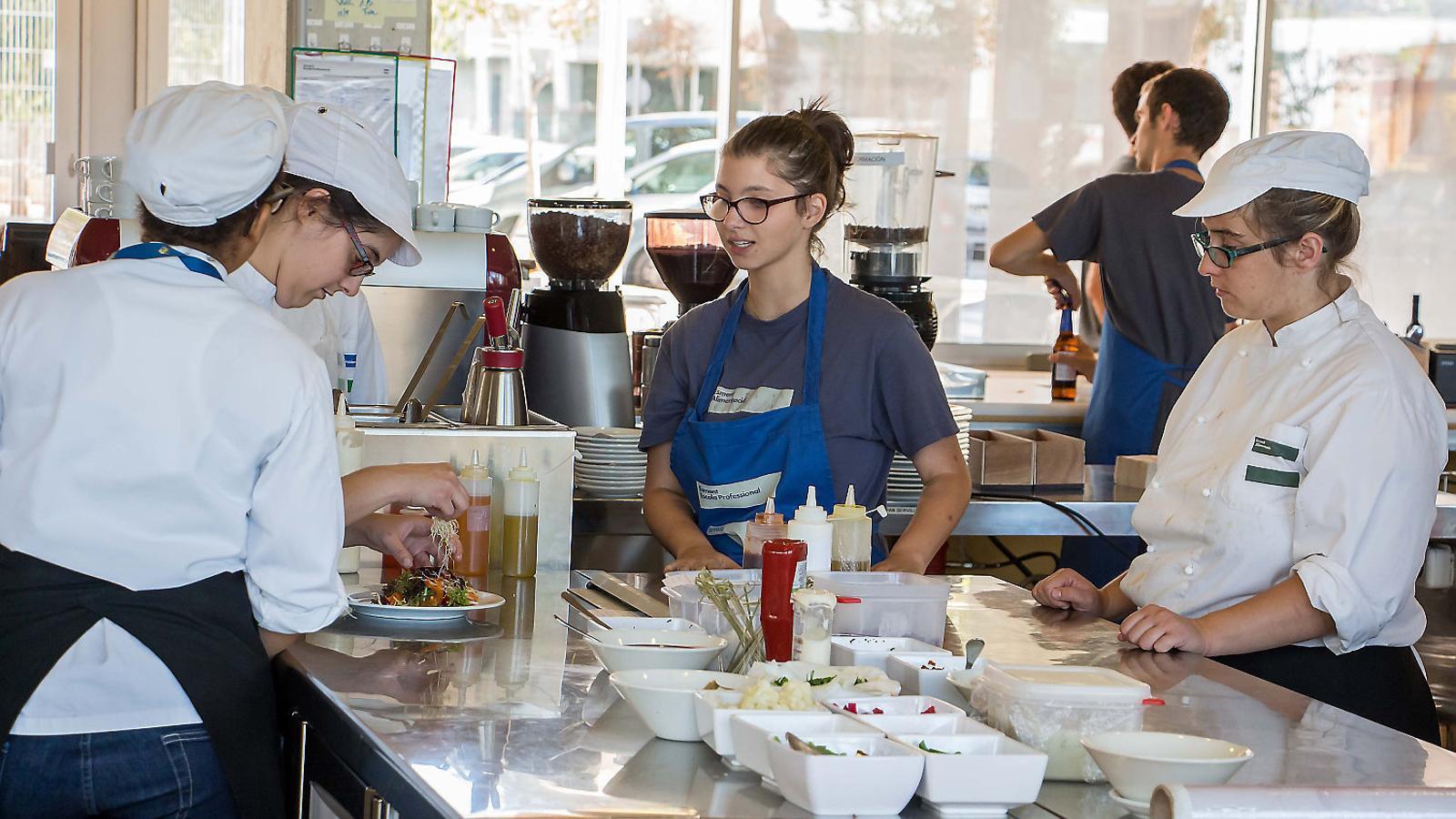 Les persones amb discapacitat estan guanyant visibilitat en el mercat laboral gràcies a projectes com aquest cèntric restaurant de Palma gestionat per la Fundació Amadip Esment.