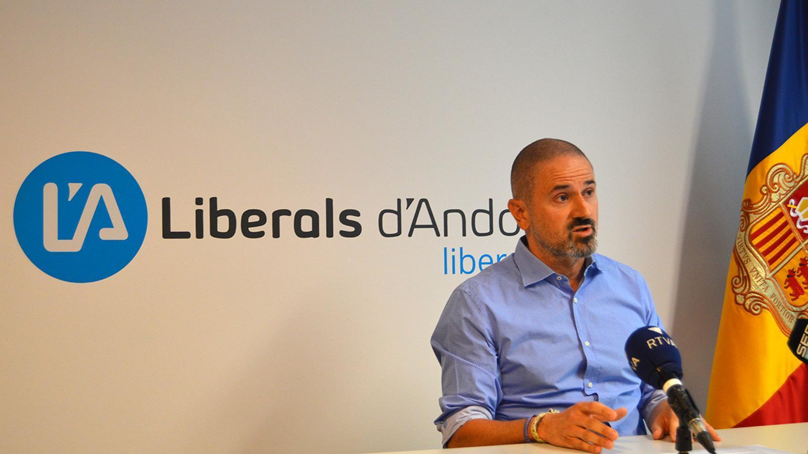 El secretari general de Liberals d'Andorra, Gerard Estrella, durant la roda de premsa. / M. F.