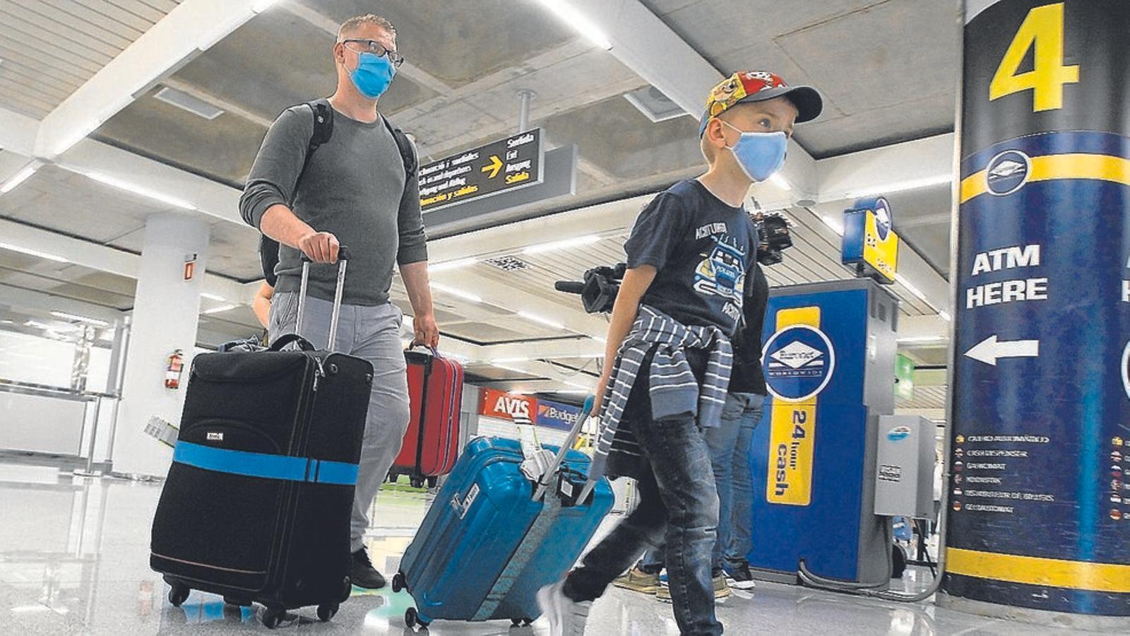 Turistes que arriben amb mascareta a l'aeroport de Son Sant Joan.
