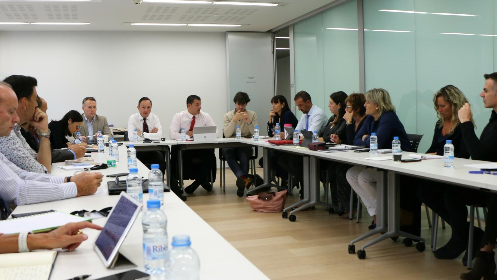 Un moment de la reunió entre membres del Govern i dels grups parlamentaris que li donen suport. / L'A