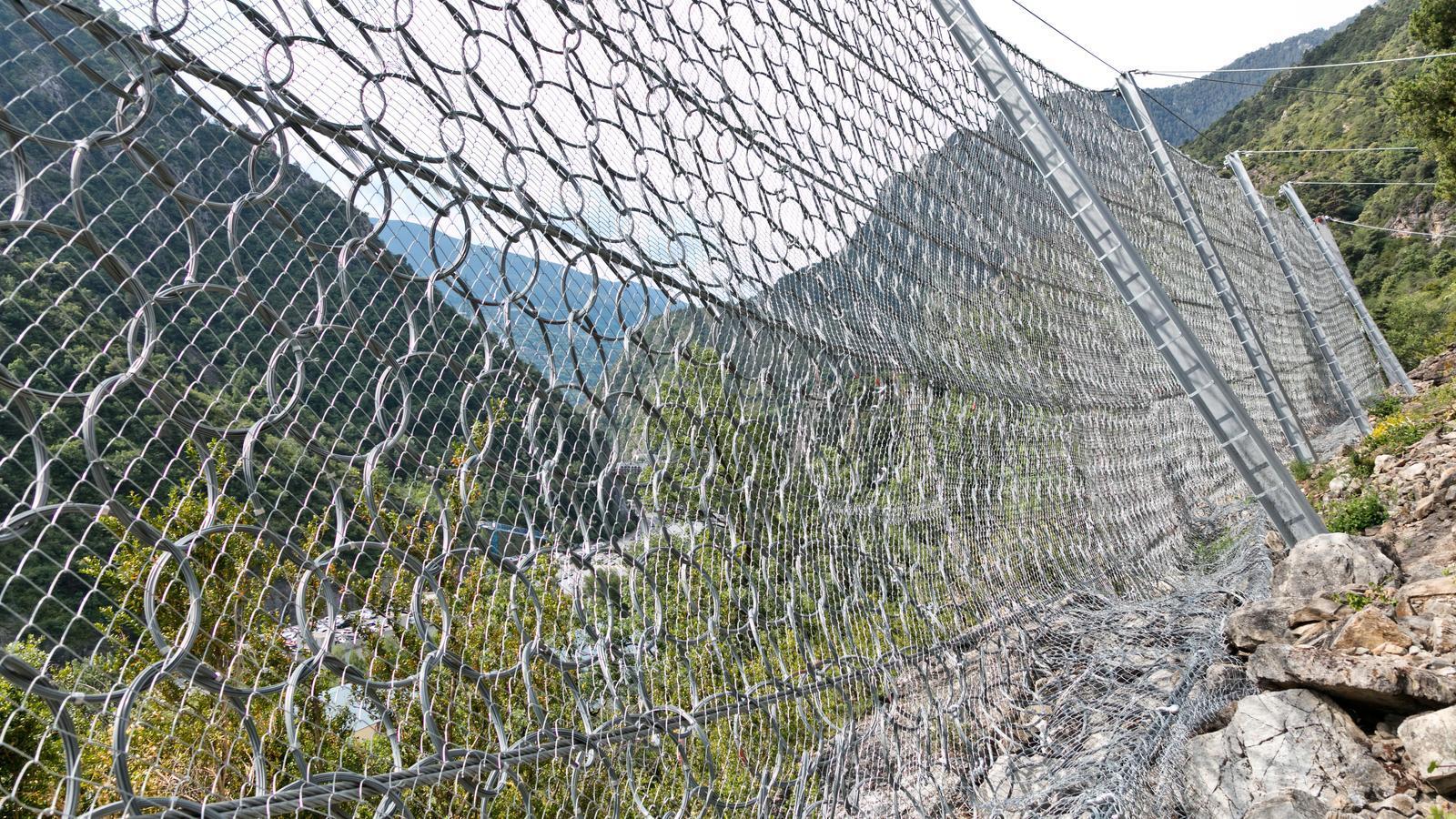 La bBarrera contra la caiguda de blocs rocosos a Prat de la Font. / MOLINES PATRIMONIS