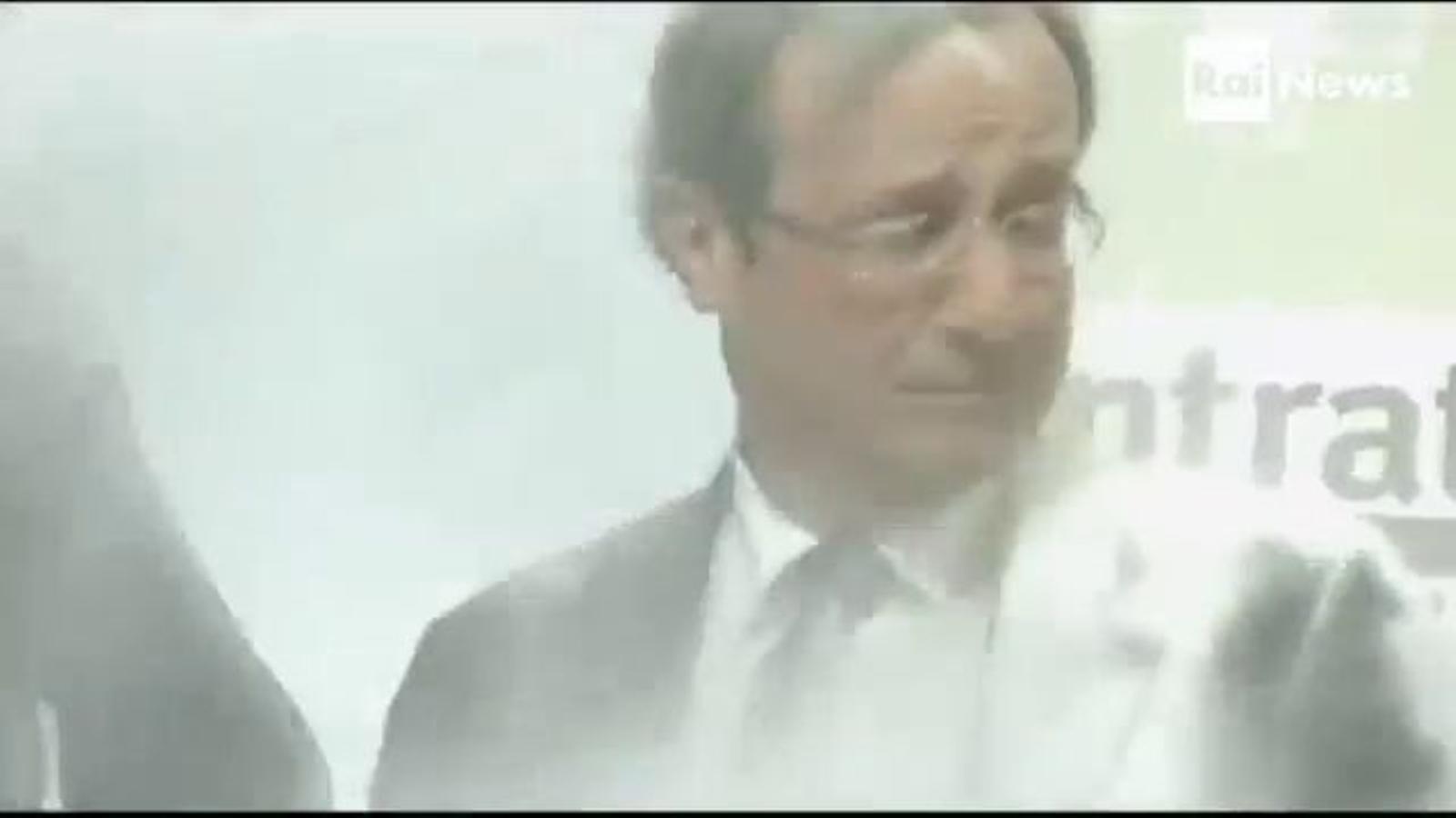 Una espontània enfarina el candidat socialista a l'Elisi, François Hollande