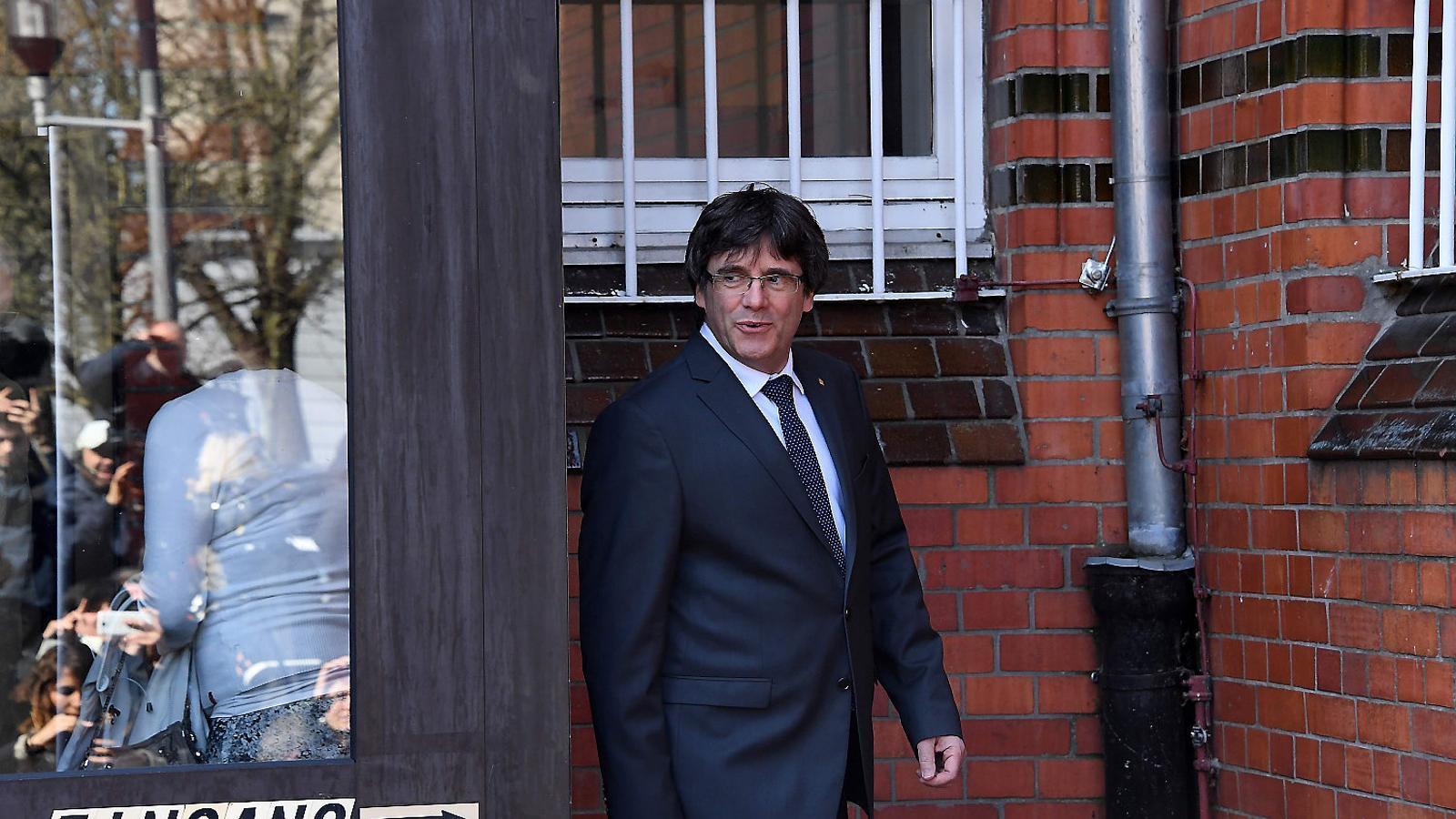 El president de la Generalitat, Carles Puigdemont, abandonant la presó.
