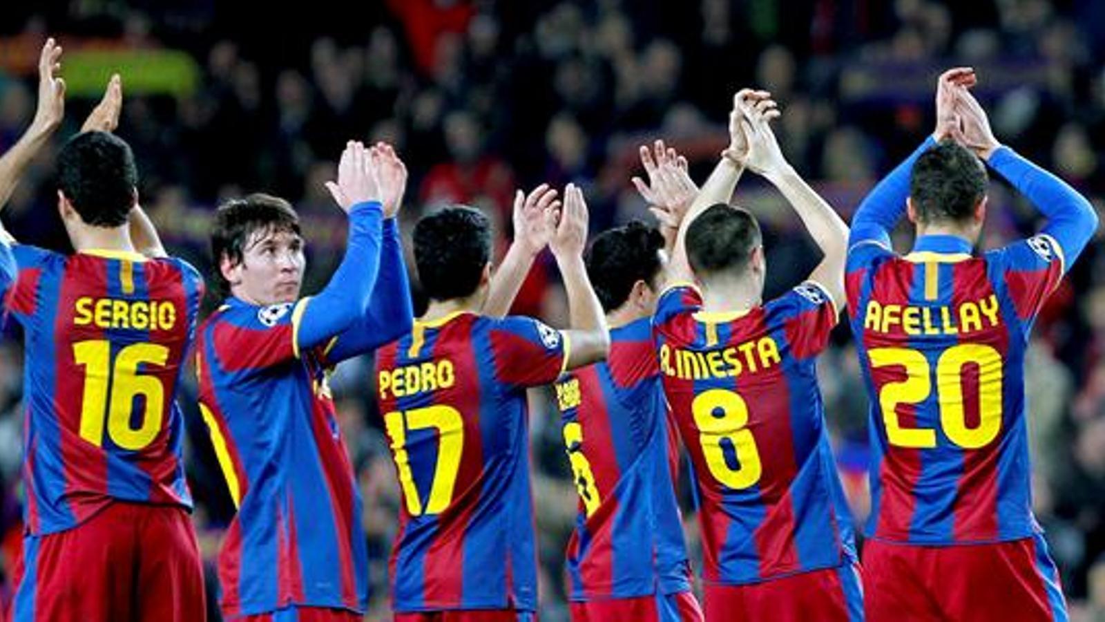 Els jugadors del Barça agraeixen el suport del públic després del partit amb l'Arsenal al Camp Nou / EFE