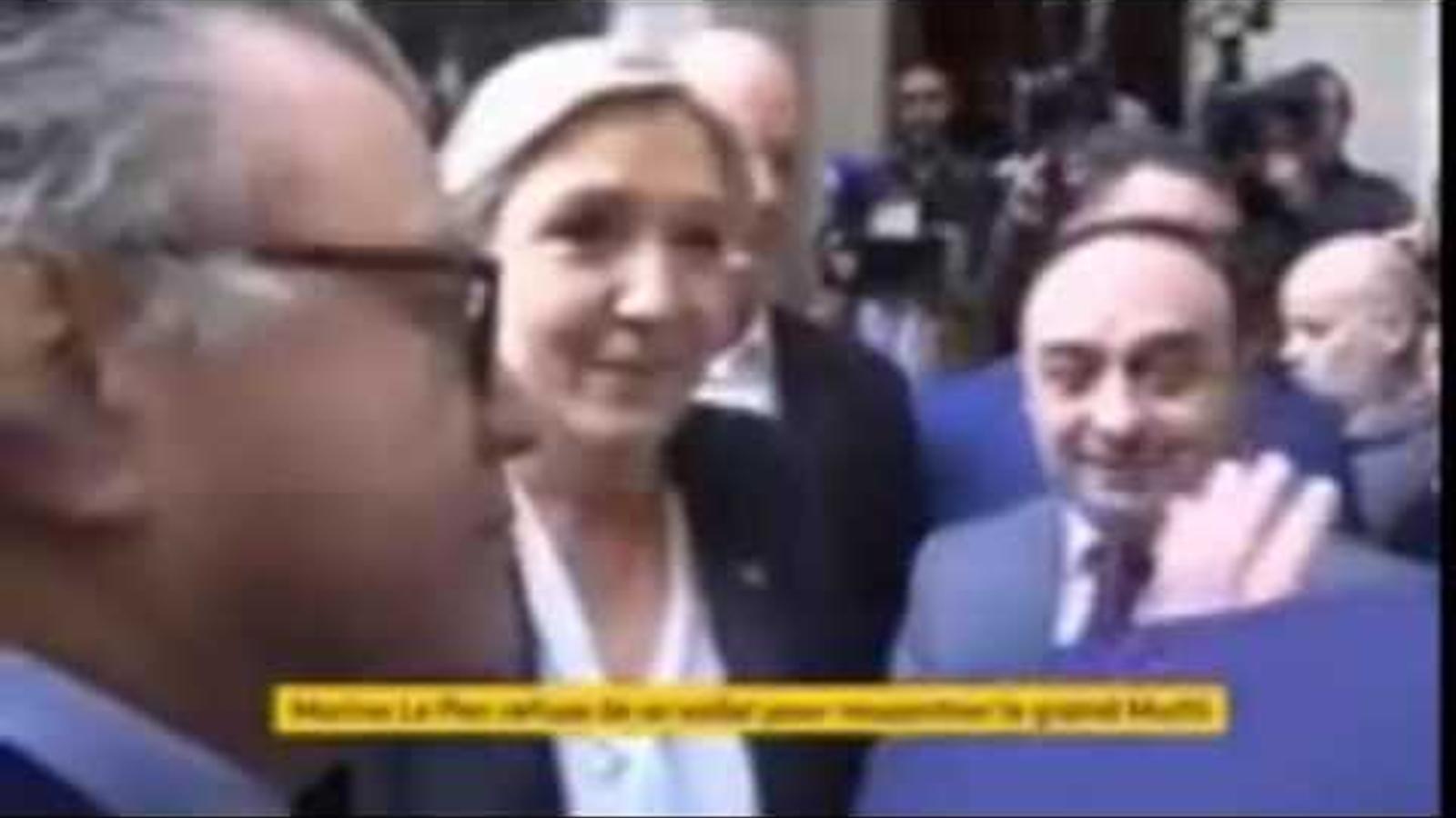 Vídeo del moment en què Le Pen rebutja posar-se el vel.