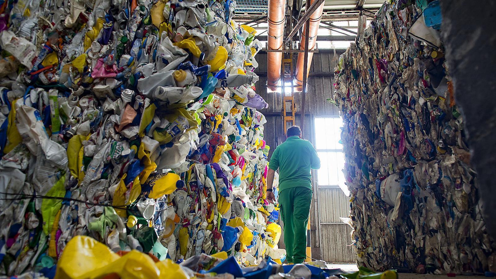 Bales de plàstic classificades per tipus de material a la planta de triatge d'envasos de Gavà.