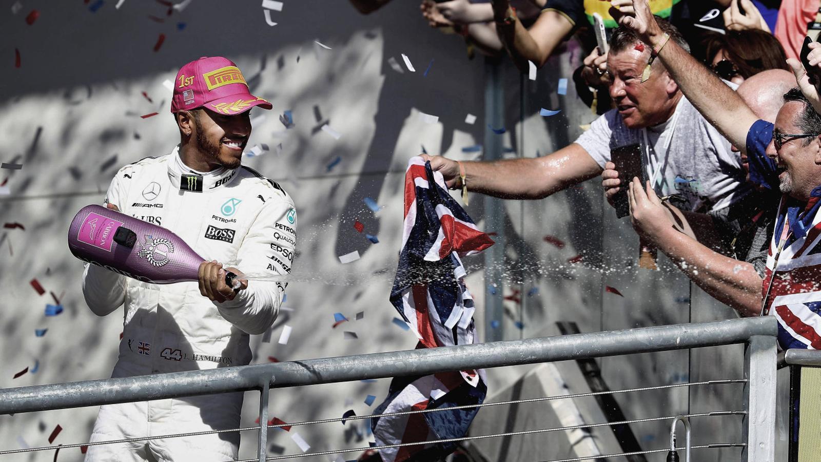 Lewis Hamilton posa el tequila a la nevera