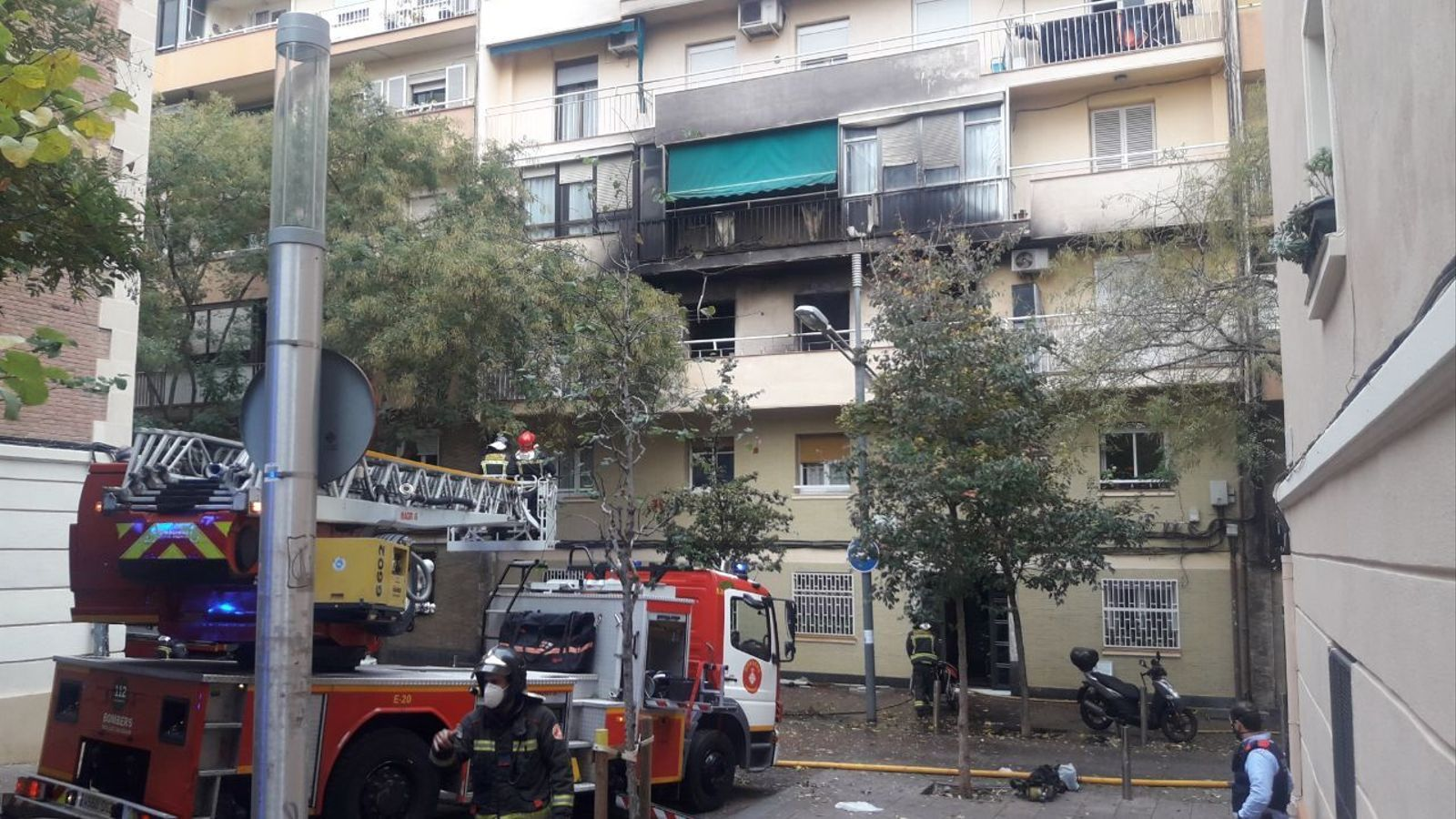 Les restes del foc han quedat visibles al balcó del pis on s'ha originat