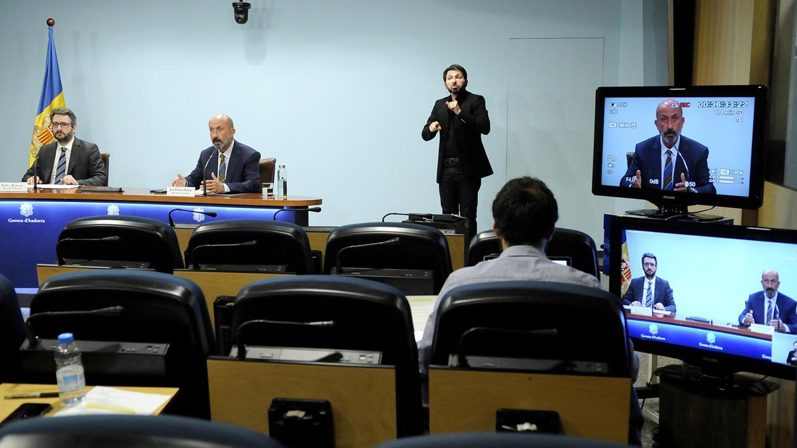 Un moment de la roda de premsa que han ofert aquest dimecres al vespre el ministre portaveu i el de Salut, Eric Jover i Joan Martínez Benazet. / SFG