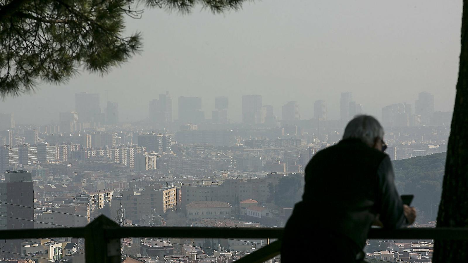 Barcelona ahir coberta per la pol·lució de partícules en suspensió.