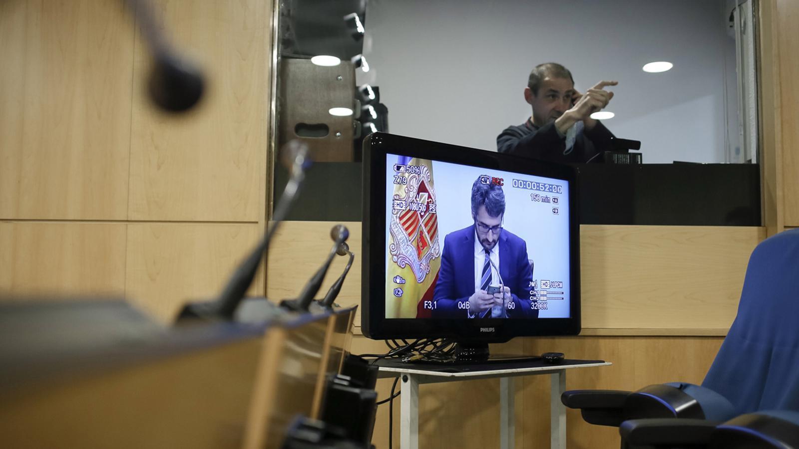 El ministre portaveu, Eric Jover, a través d'una pantalla, moments abans de l'inici de la roda de premsa d'aquest dimecres al vespre. / SFG