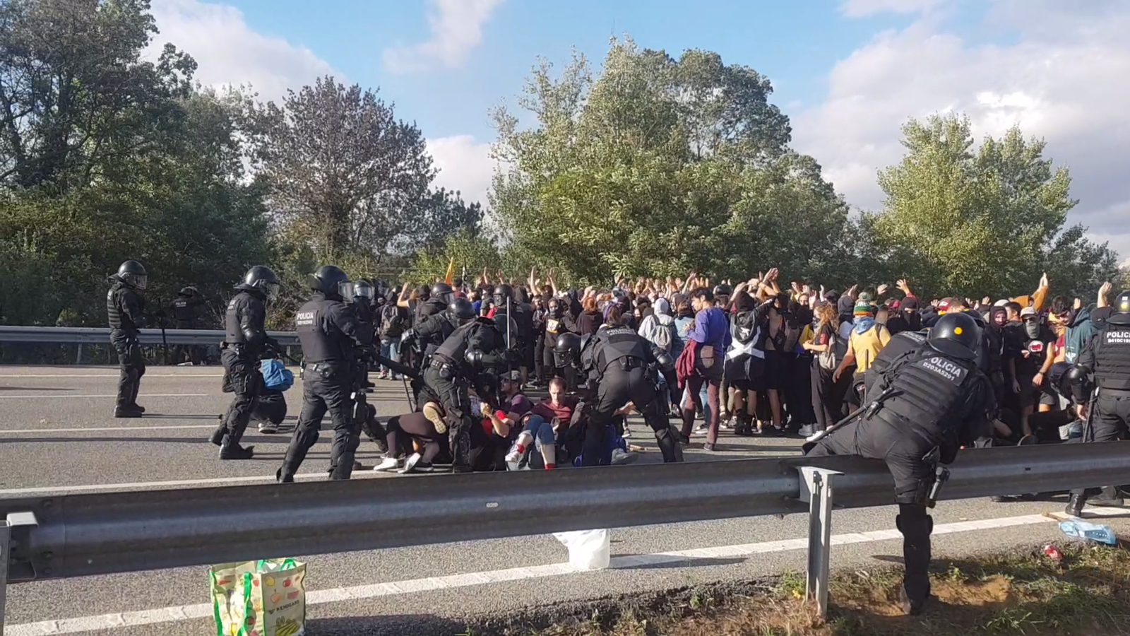 Els Mossos d'Esquadra carreguen contra els manifestants que bloquejaven l'AP-7 a Girona