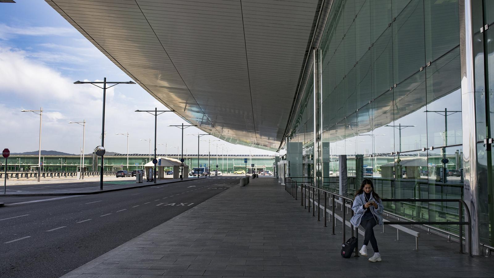L'aeroport del Prat, que l'any passat va rebre 52 milions de viatgers, gairebé buit per la pandèmia del covid-19. / FRANCESC MELCION