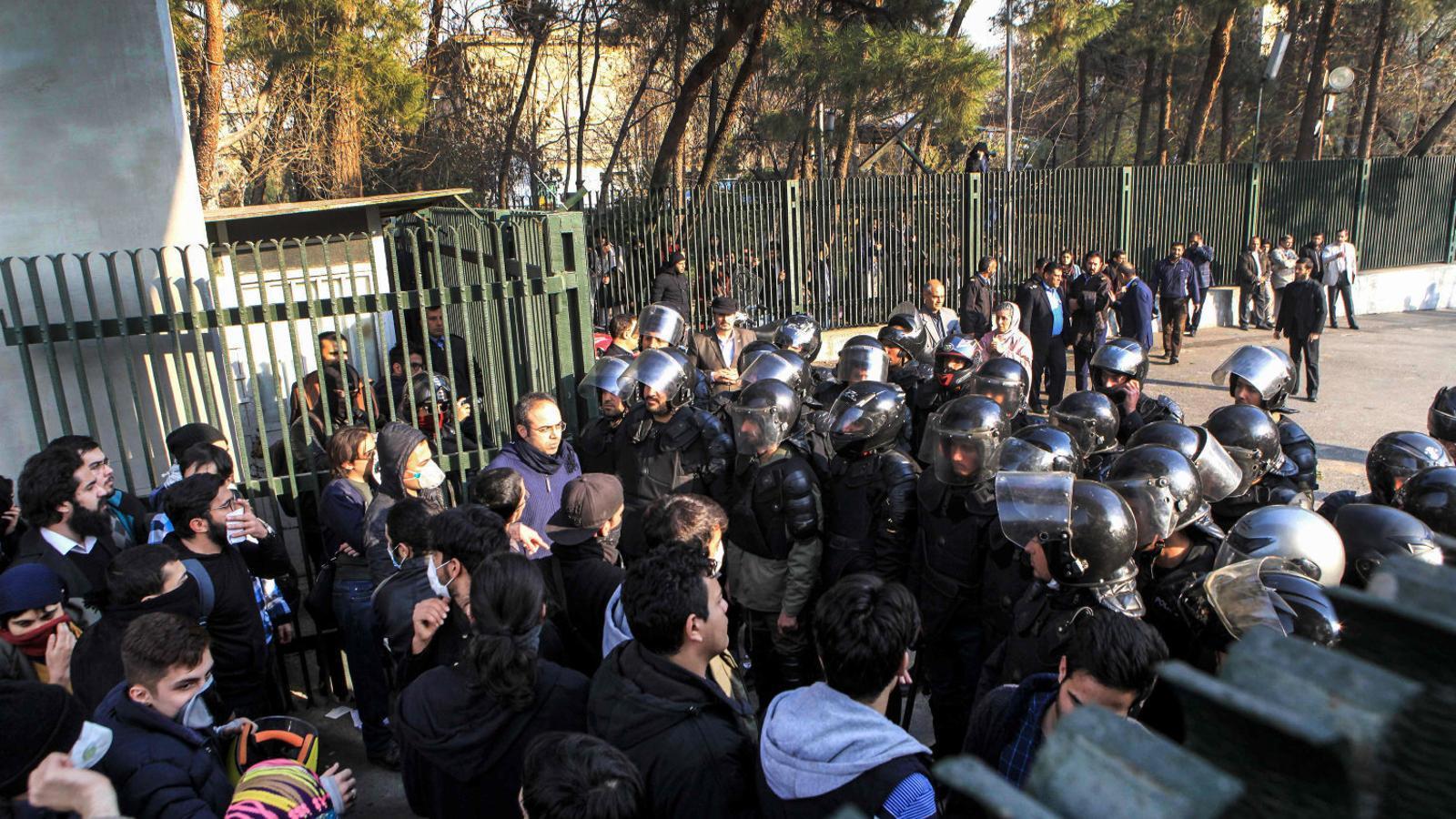 Imatges de la població de Dorud de manifestants portant, aparentment, el cos d'una persona ferida.