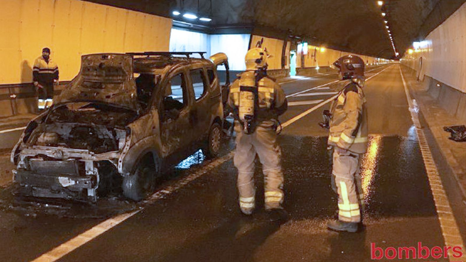 Vehicle calcinat a l'interior del túnel del Cadí / BOMBERS GENERALITAT