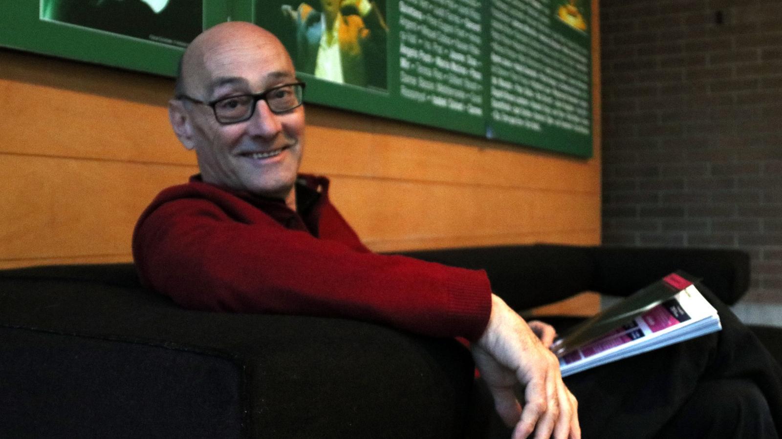 El director del Temporada Alta, Salvador Sunyer, a l'entrada del teatre de Salt