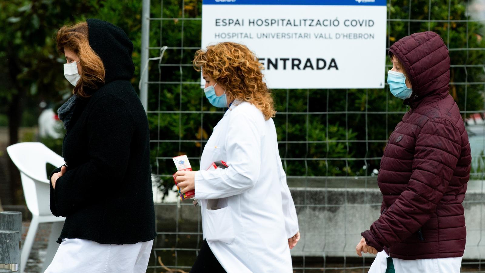 Sanitaris entrant a l'hospital Vall d'Hebron