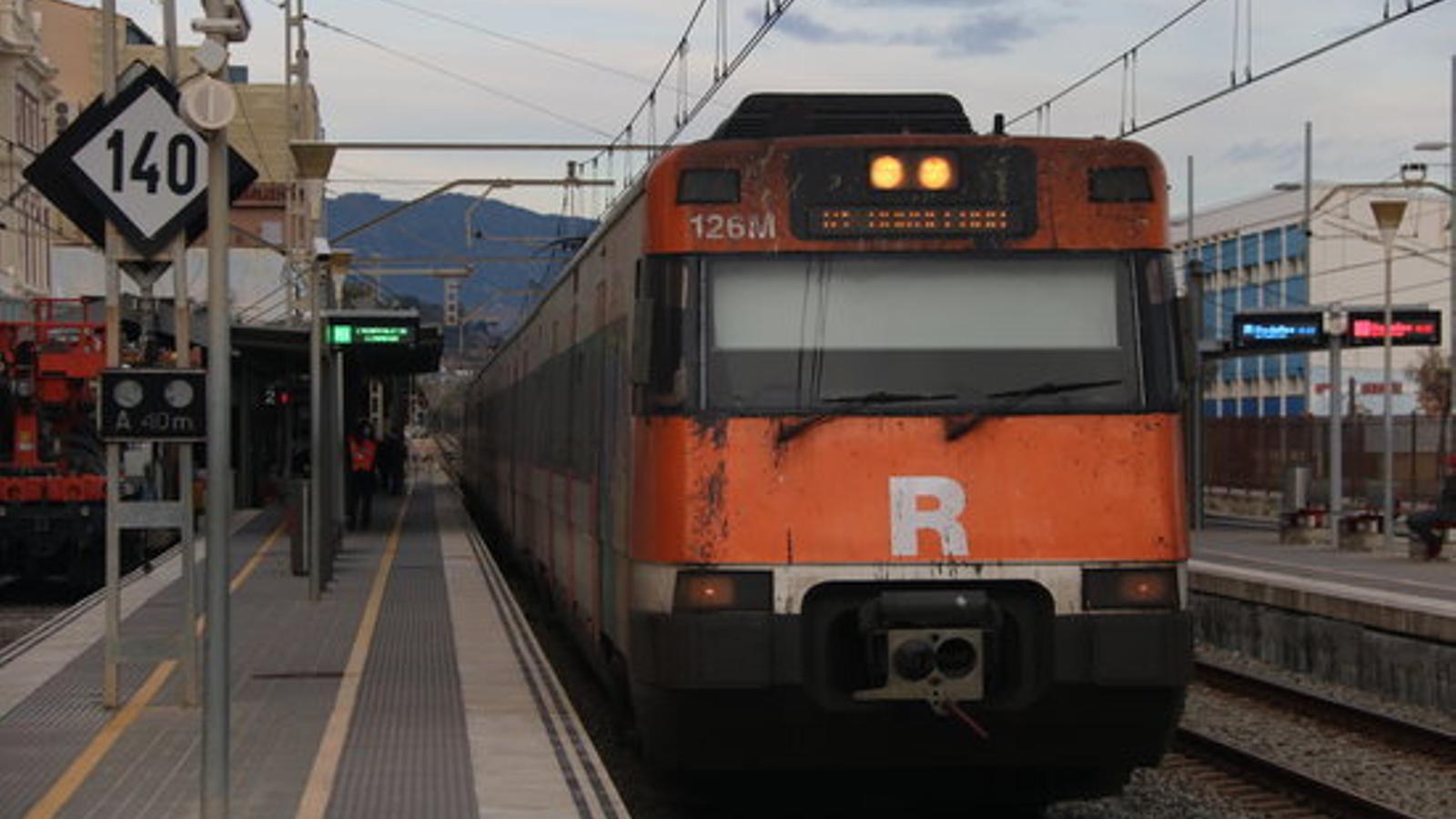 El primer tren de l'R1 que va passar dimarts per l'interior de l'estació intermodal de la Sagrera arribant a l'estació de Badalona