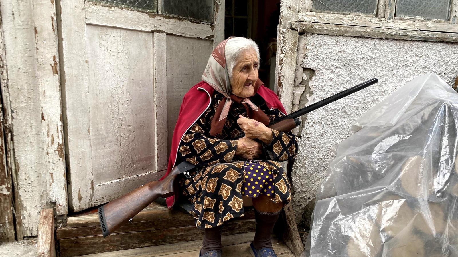 Una dona amb una escopeta al davant de casa seva a Stepankert.
