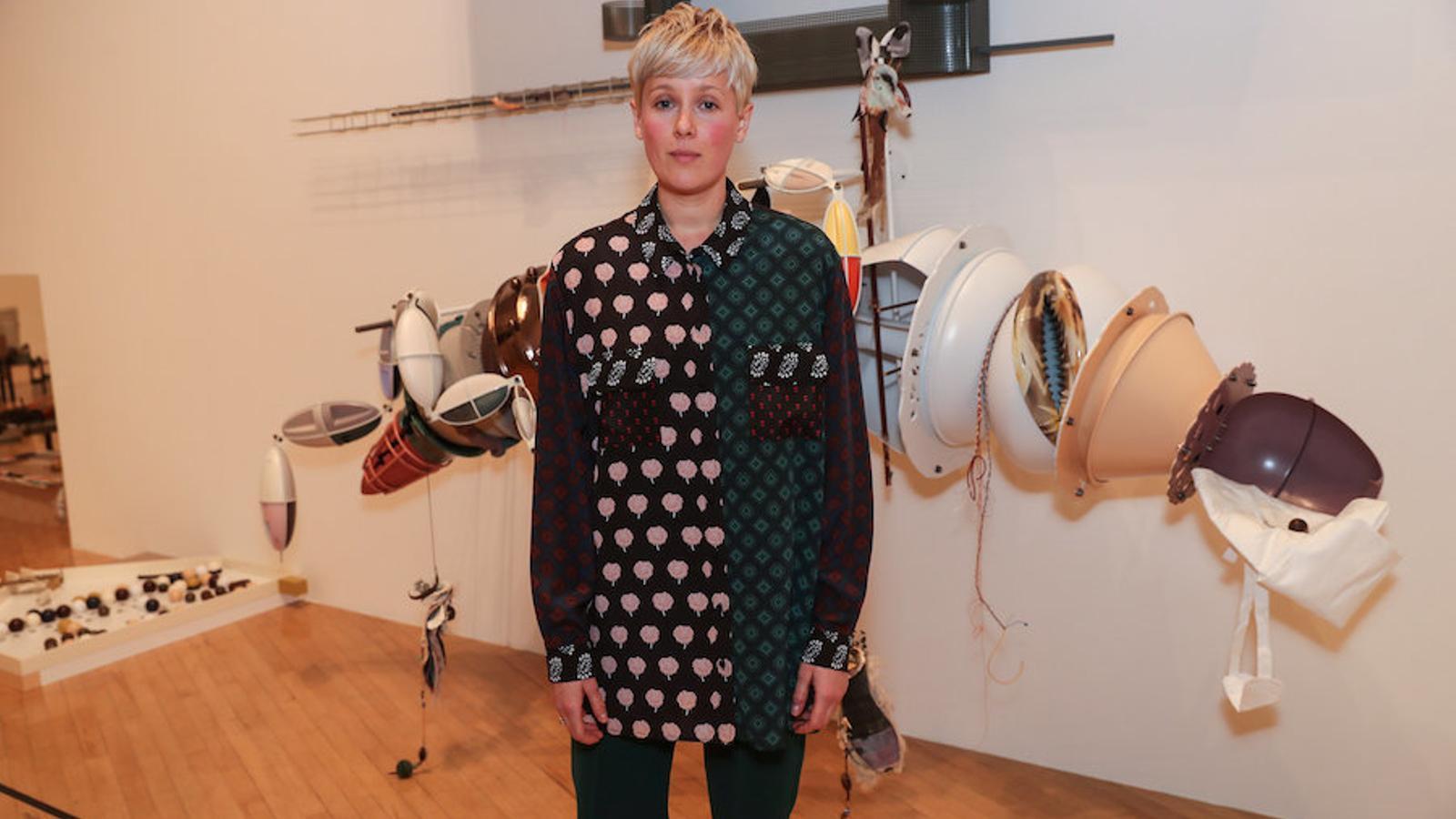 L'anglesa Helen Marten, guanyadora del Turner, davan la instal·lació 'Brood and bitter pass'