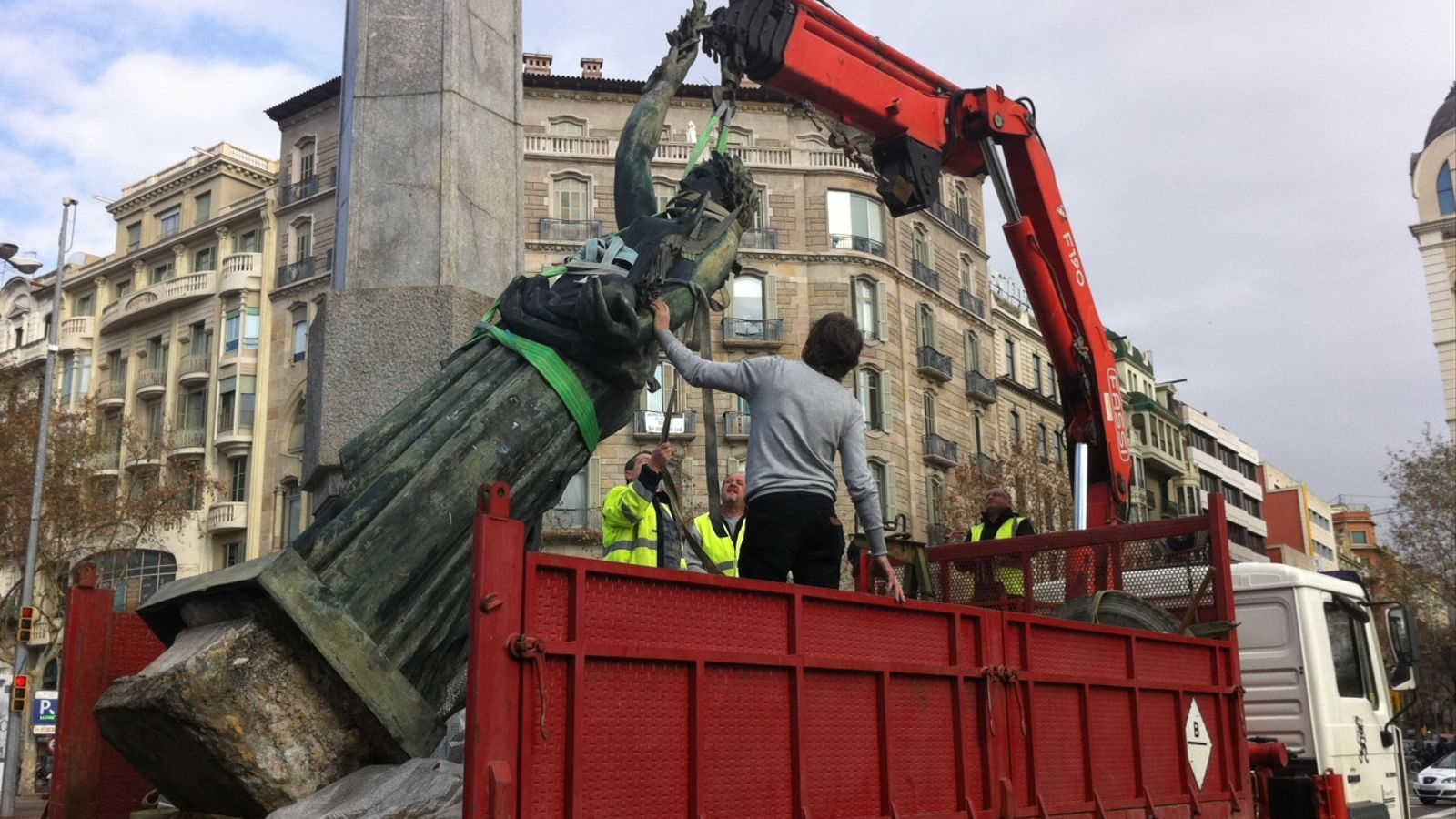 Vídeo de la retirada de l'estàtua de la Victòria