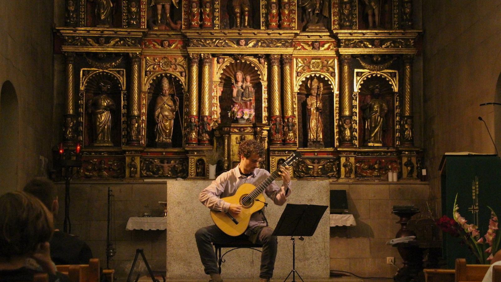 Un moment del concert que David Font ha ofert aquest dimecres a la nit a l'església de Sant Corneli i Sant Cebrià d'Ordino. / C.G. (ANA)