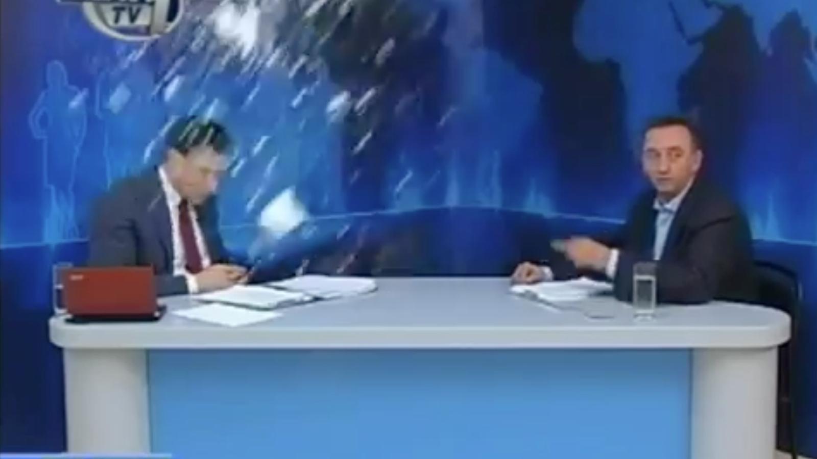 Llancen iogurt i ous a un presentador grec per haver entrevistat el representant del partit neonazi 'Alba Daurada'