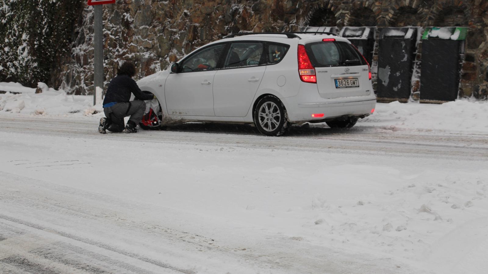 Un conductor posa cadenes a Ordino / G.L.T. (ANA)