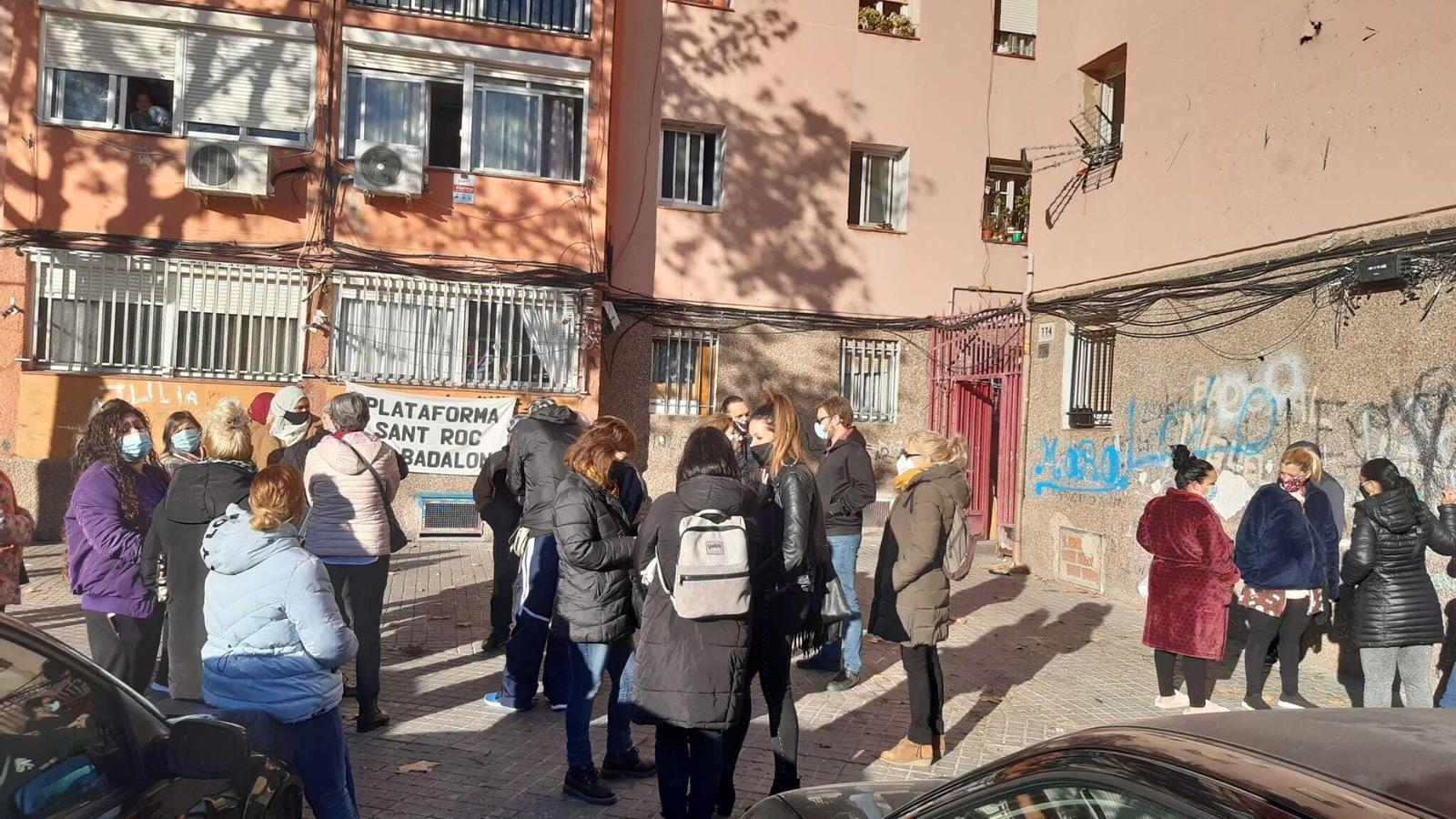 Veïns concentrats per aturar el desnonament de Badalona