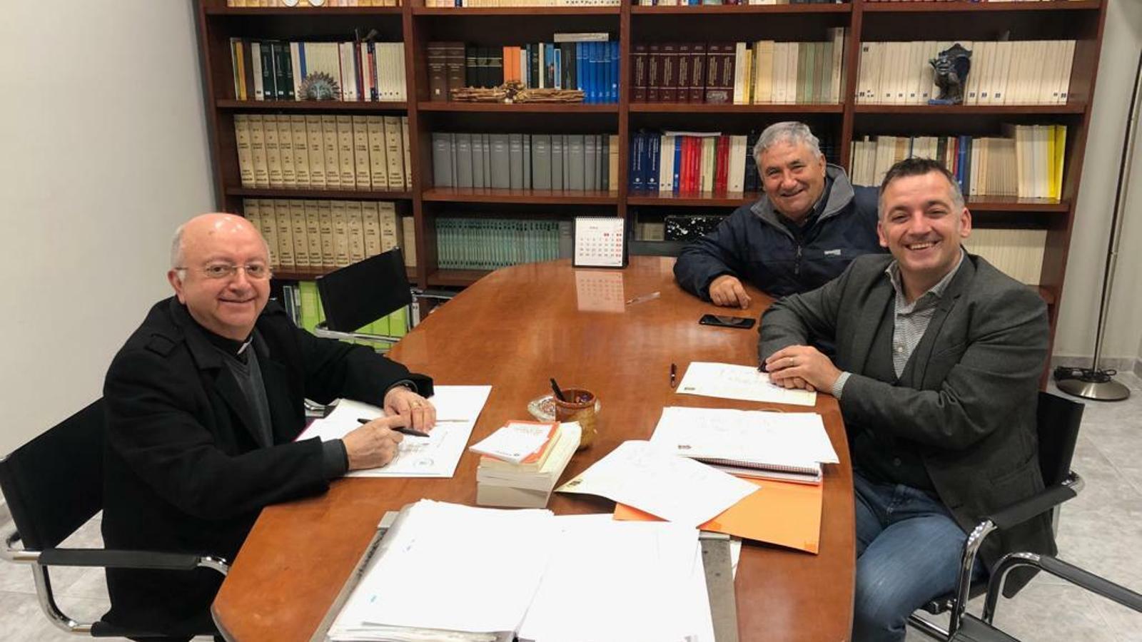 El secretari del Bisbat, Antoni Burguera (esquera) i el batle de Sencelles, Joan Carles Verd (dreta), durant la firma de l'acord.