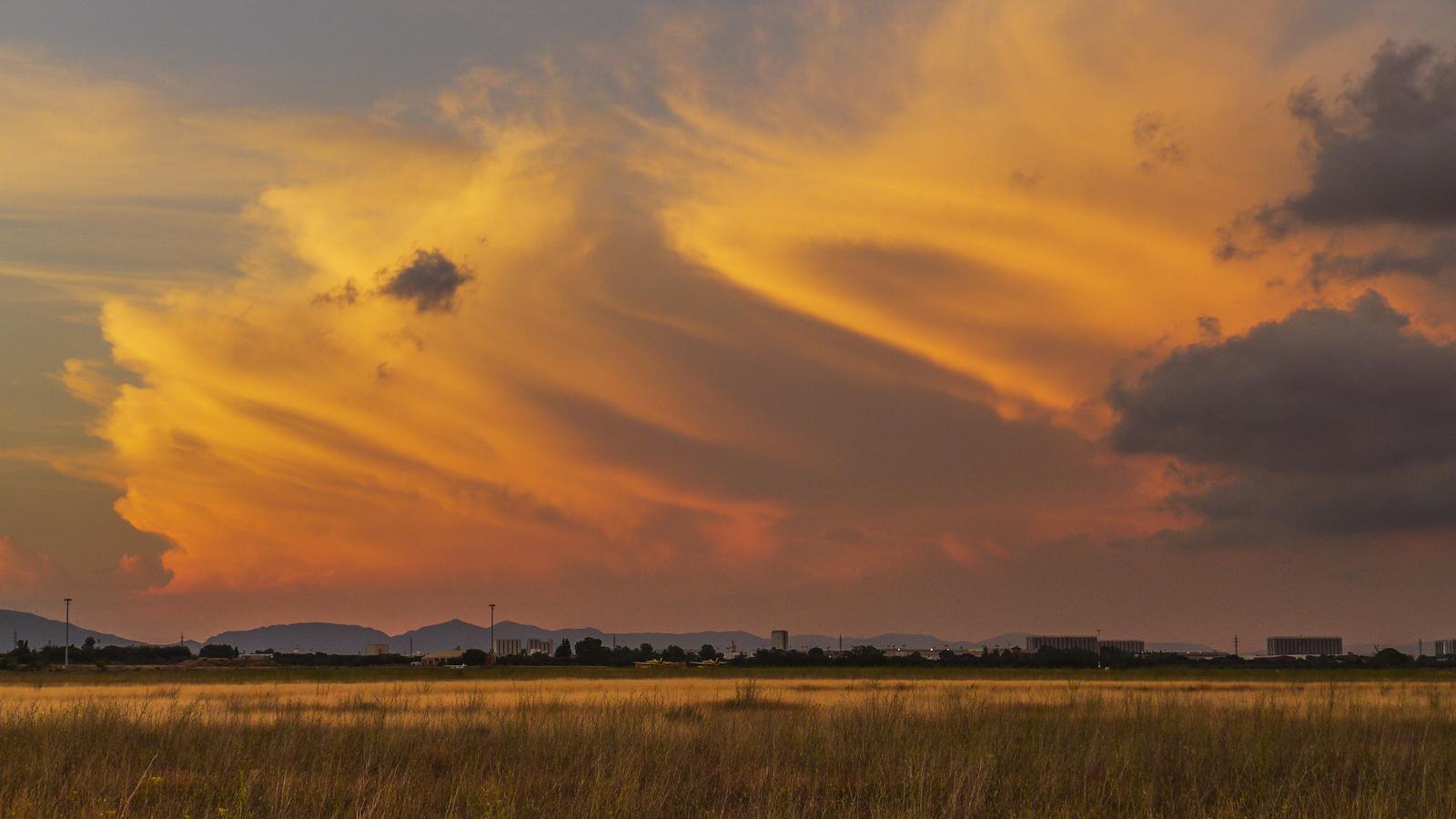 Posta encesa entre núvols de tempesta des de Reus
