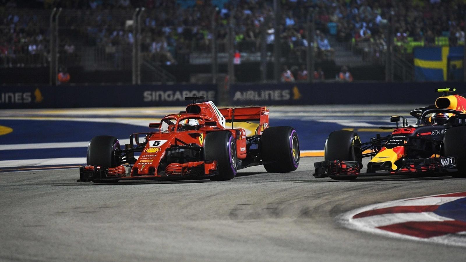 Vettel, en el moment d'avançar Verstappen a l'inici del GP de Singapur
