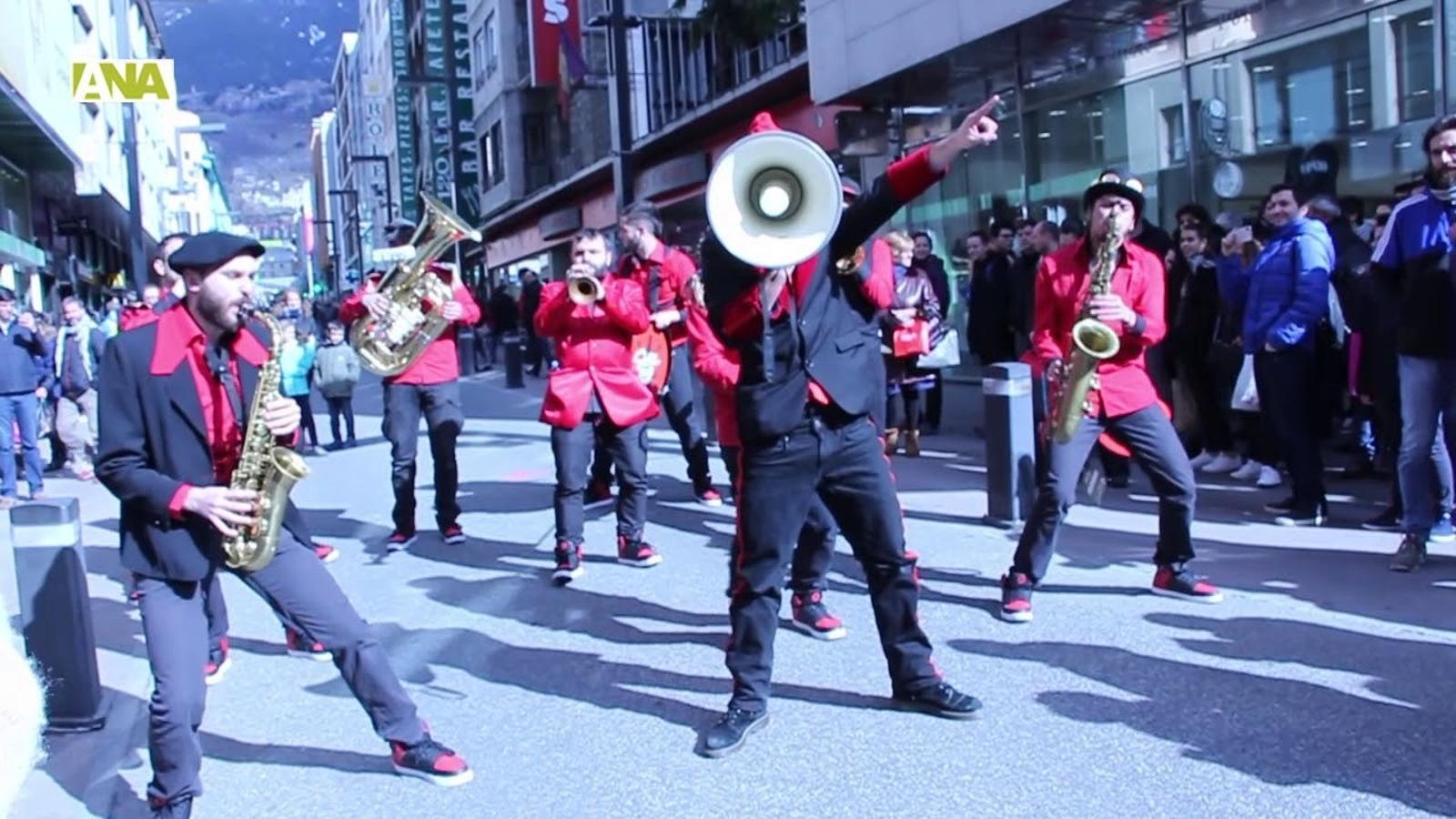 El públic gaudeix amb el 3r Walking Street Music de l'Andorra Sax Fest
