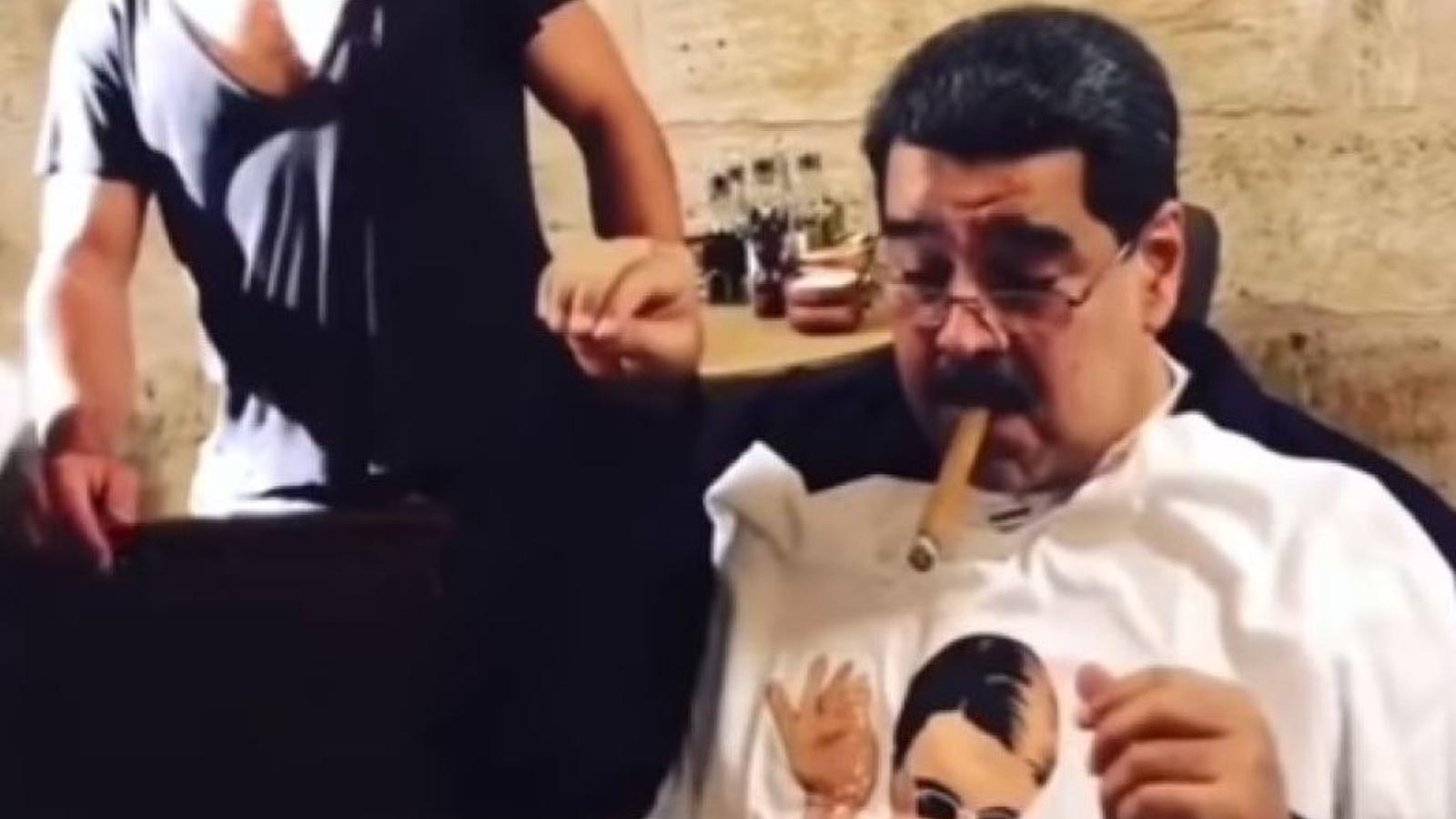 Maduro fumant després del banquet en el restaurant d'Istanbul