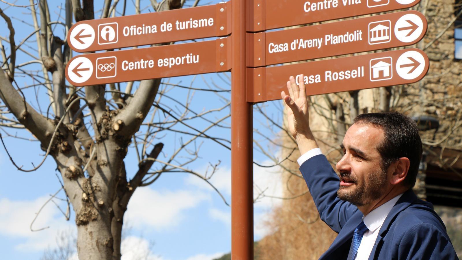 El conseller de Turisme i Esports, Jordi Serracanta, mostra la nova senyalització. / C.G. (ANA)