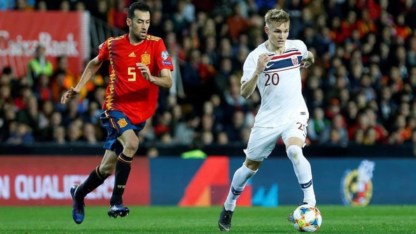 Busquets, durant el partit Espanya-Noruega