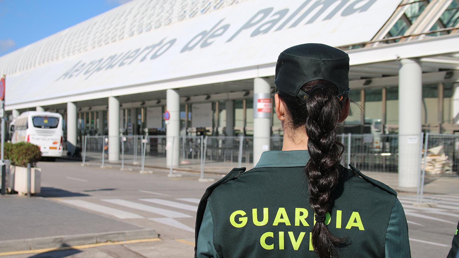 Una agent de la Guàrdia Civil a l'aeroport de Palma