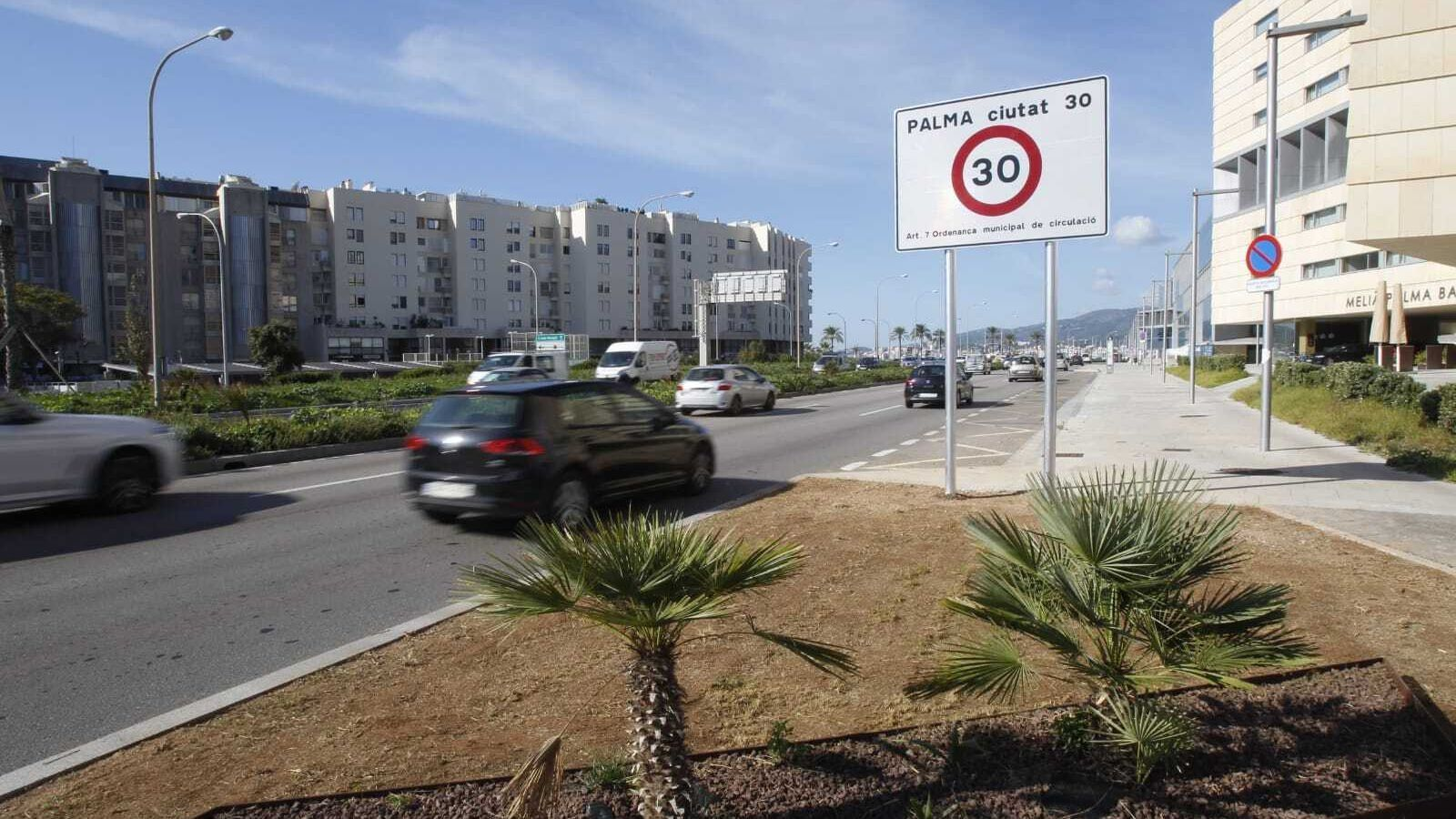 """El primer cartell que avisa als conductors que Palma serà una """"ciutat 30"""""""