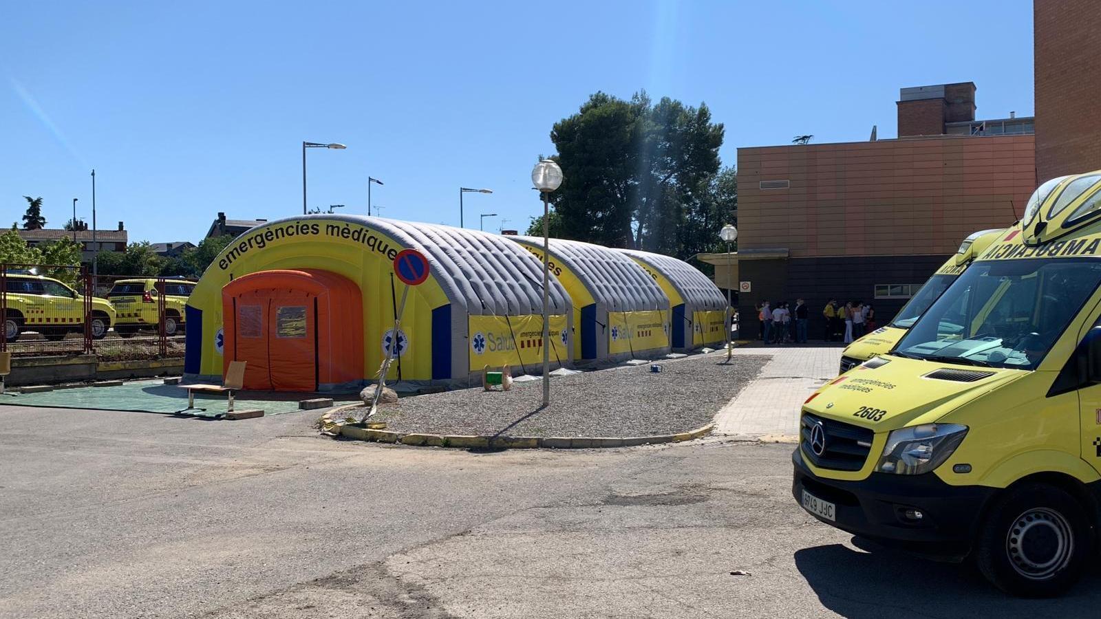 Les carpes que el SEM ha muntat a l'Hospital Arnau de Vilanova de Lleida
